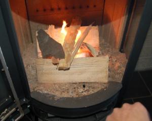 Sådan placerer du brænde og optændingsposer i brændkammeret